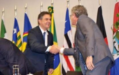 PAZ PELO NORDESTE: Dois adversários políticos se cumprimentam em nome dos interesses da região