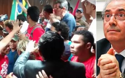 """MÍDIA NACIONAL REPERCUTE: """"PM PARA CUNHA"""" E """"NÃO À HOMOFOBIA"""". MANIFESTANTES EXPULSAM DEPUTADO DA PARAÍBA"""