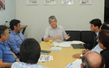 DIÁLOGO: Governador Ricardo admite antecipar 2ª parcela de reajuste aos professores