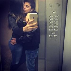 Thammy dá 'chega mais' em namorada no elevador e exibe barba no rosto!