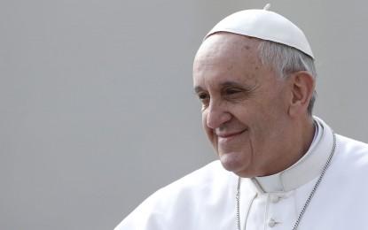 Vaticano diz que Papa recuou mão de beijos de fiéis por 'questão de higiene'