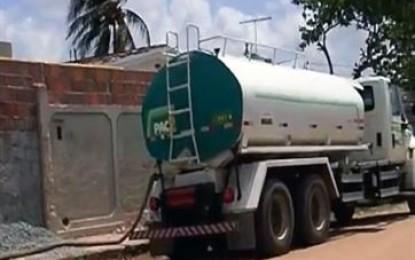 VEJA VÍDEO- DENÚNCIA: Deputado mostra vereador utilizando caminhão-pipa para encher sua piscina