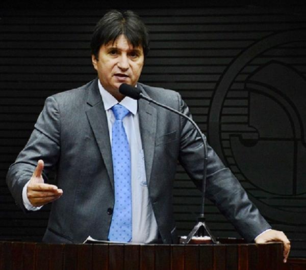 Deputado Janduhy Carneiro diz que prisão de 17 policiais licenciados é ato de perseguição do Governo