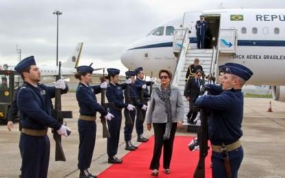 Dilma volta a Brasília após sobrevoar cidades no RS; terça se reúne com ministros