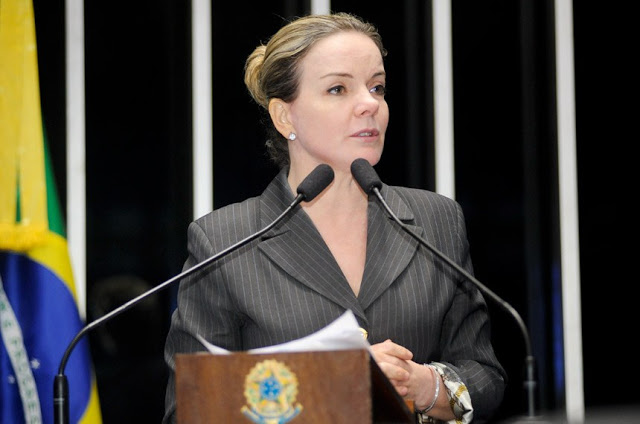 Em gafe, Gleisi lê apoio a Lula em faixa que dizia 'Forza Luca'
