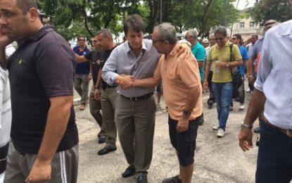 Deputado Janduhy Carneiro caminha ao lado de policiais militares em apoio à categoria