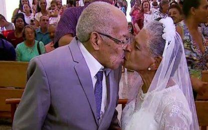 Casamento com noivos de 102 e 80 anos encanta moradores de cidade