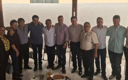 Ex-deputado Dinaldo Wanderley reúne vereadores e lideranças de Patos em café da manhã para Luciano e Lucélio