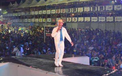 Artistas locais receberam cachê do São João de Patos ainda no palco