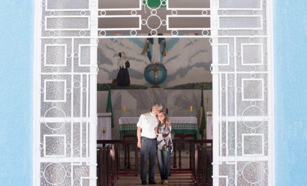 Padre abandona a batina por amor e critica o celibato