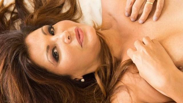 Roberta Close exibe parte dos seios em ensaio sensual aos 52 anos
