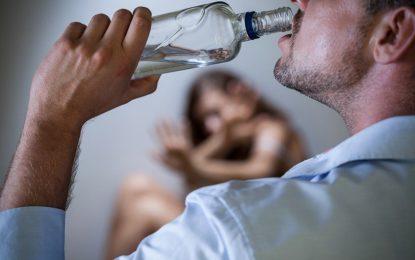 Pai é flagrado bebendo e usando drogas em motel com filha de 14 anos