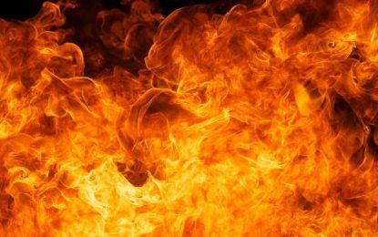 Homem coloca fogo na genitália da esposa enquanto ela dormia