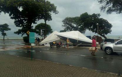VEJA VÍDEO: Chuva e vento forte derruba toldos no bairro de Tambaú