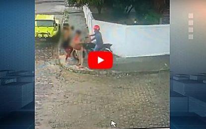 Mulher reage a assalto com 'vassouradas' em bandido; veja