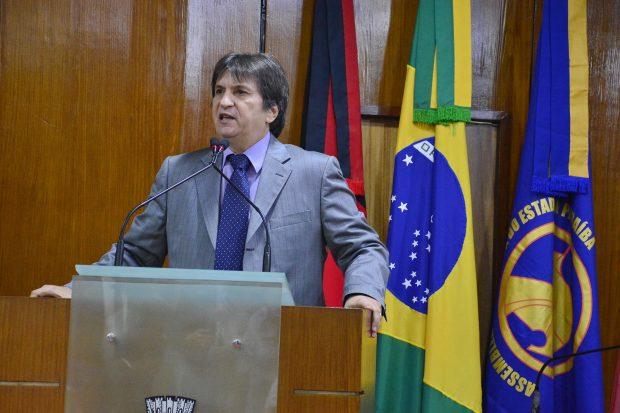 Deputado Janduhy Carneiro cobra reajuste salarial dos servidores estaduais e destaca greve do Fisco