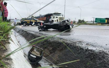 FATALIDADE: Pai e filha morrem esmagados por caminhão em acidente na BR-101 na Capital