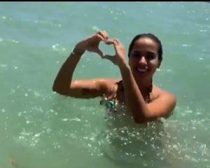 'Bom pra beijar muito', afirma Anitta durante vídeo em praia pessoense