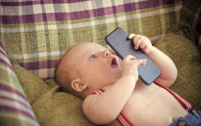 Crianças até 2 anos não devem ter contato com tevês e smartphones