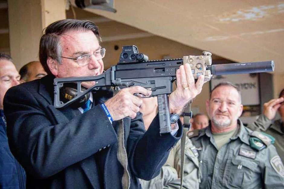 Bolsonaro volta atrás e revoga decreto de armas