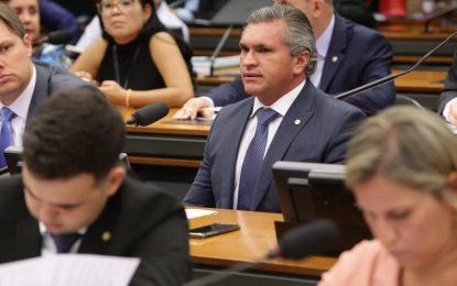 Julian Lemos visita hospital Edson Ramalho e destaca emenda de R$ 1 milhão
