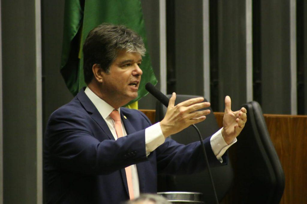 Ruy doa metade do salário ao Padre Zé e defende projeto de corte nos salários de deputados e senadores