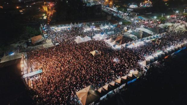 """Um """"mar de gente"""" invade orla de Pitimbu no 1º dia da Festa do Senhor do Bonfim com Mano Walter, Mara Pavanelly e Glício Lee"""