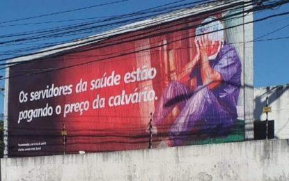 CALVÁRIO DA SAÚDE: Sem reajuste há 12 anos, servidores do estado espalham outdoor em João Pessoa