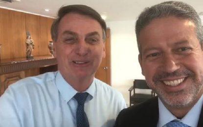 TOMA LÁ, DÁ CÁ: Em vídeo, Bolsonaro mostra intimidade com Arthur Lira, líder do Centrão e réu na Lava-Jato