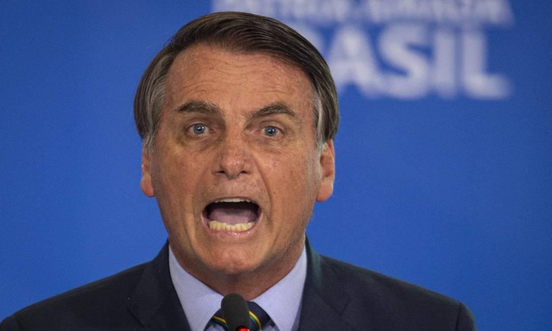 Na briga contra imprensa, Congresso e STF, Bolsonaro dá uma fraquejada e joga a toalha