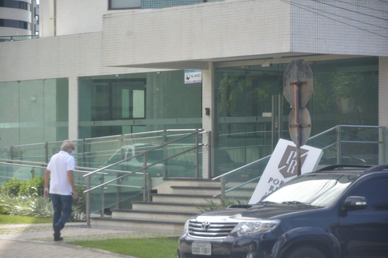 Conforme antecipado pelo blog, Cícero é flagrado no prédio de Julian Lemos