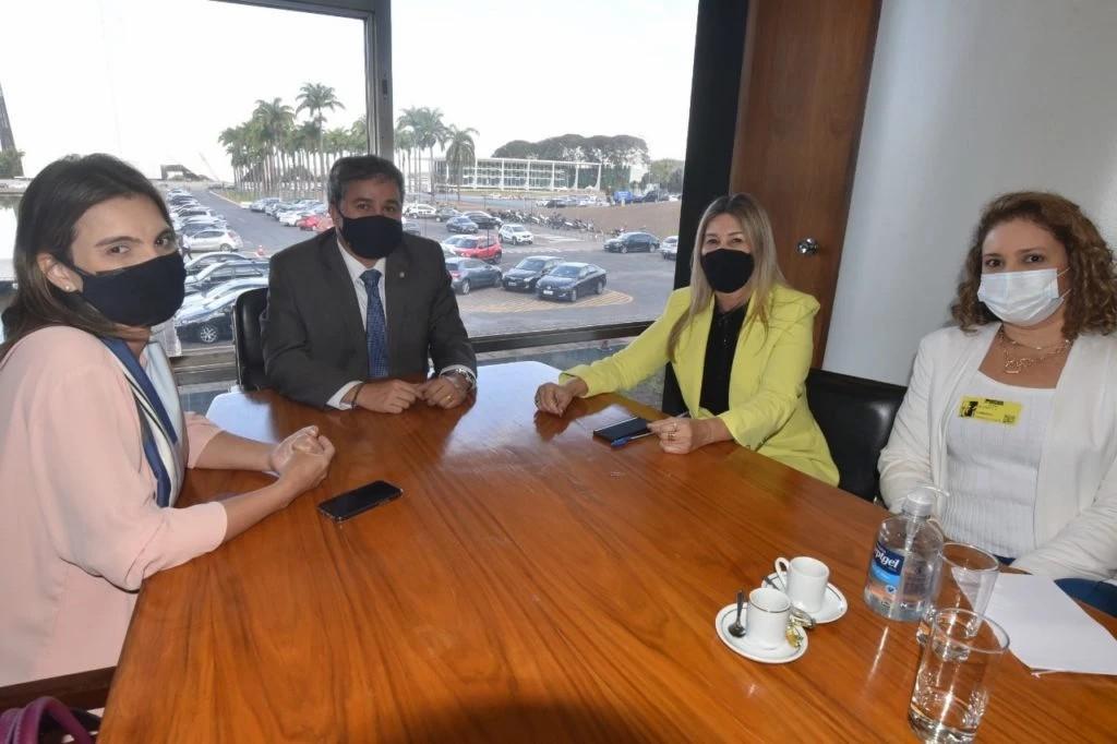 Efraim se reúne com reitora da UEPB para tratar de investimentos