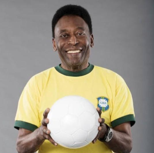 """Pelé retira tumor no cólon, e tranquiliza fãs: """"Me sentindo muito bem"""""""