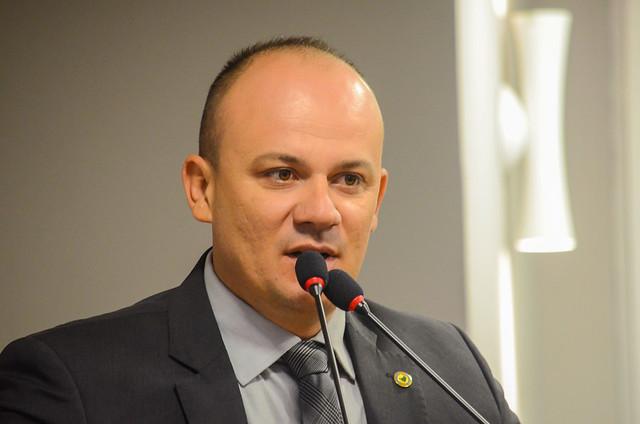 Ainda zonzo com a arregada de Bolsonaro, Cabo Gilberto posta vídeo editado sobre sexualidade