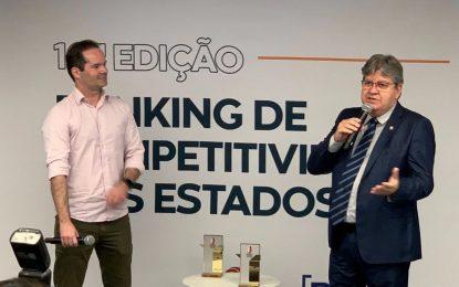 João Azevêdo recebe prêmio em São Paulo