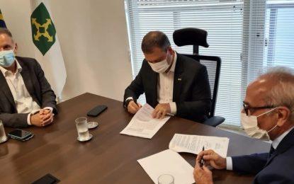 Junto com Cícero Lucena, Aguinaldo participa da assinatura de contrato que oficializa empréstimo de R$ 100 milhões para investimentos na infraestrutura de João Pessoa